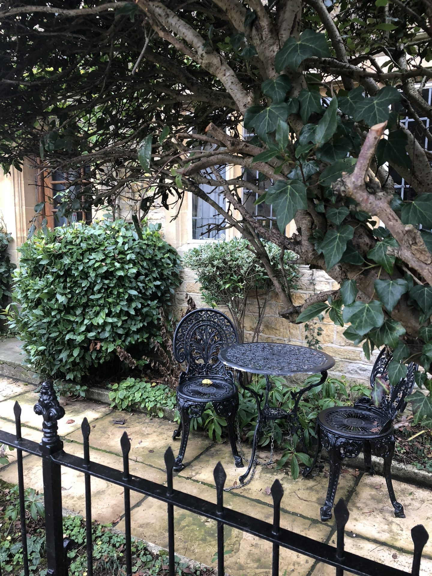 Home for the holidays: adorable patio in the Cotswolds