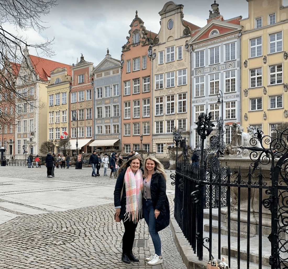 Girls in front of Gdansk architecture