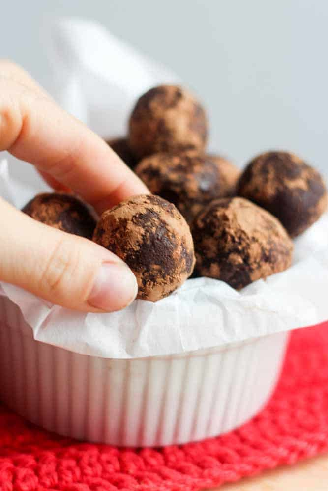 Easy and healthy, this Peppermint Mocha Protein Bites recipe includes 2 shots of expresso, whey protein powder, almond flour and lots of flavor! The chocolate and peppermint extract makes is a perfect healthy recipe to snack on for the holidays (and anytime). Perfect for fueling workouts and vegetarian friendly and refined sugar free.