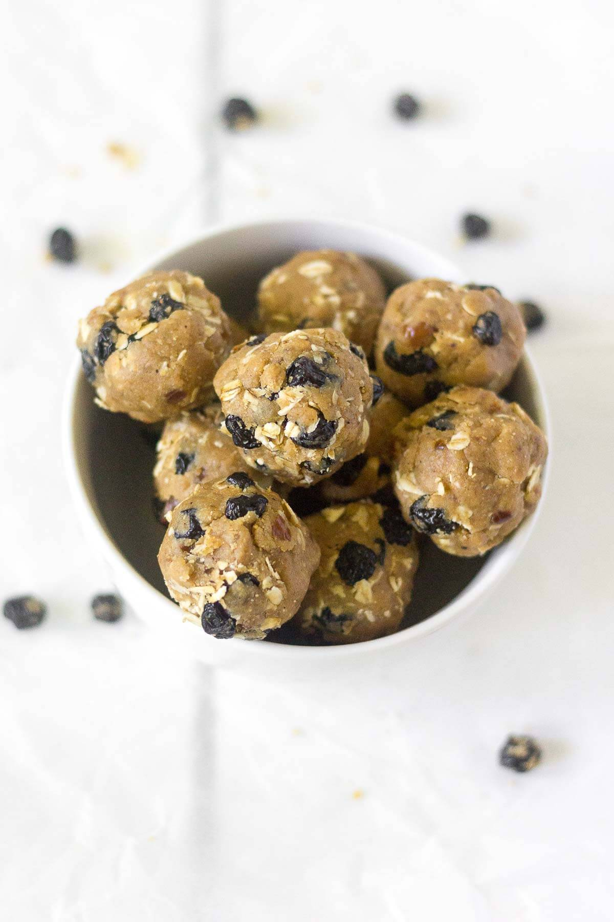 These blueberry muffin energy bites are a delicious and healthy bite-sized snack! Made with oats, cinnamon and almond butter, these snack bites are healthy and give you all the energy you need.