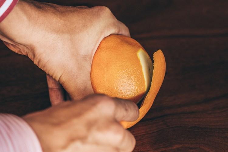 Negroni---slicing-the-orange-peel