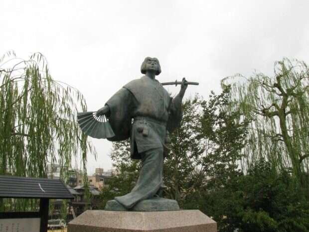 Pomnik Okuni na brzegu rzeki Kamo