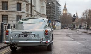 Repliki samochodu DB5 Jamesa Bonda są pełne ukrytych gadżetów