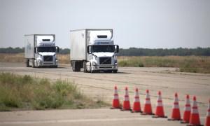 Jeden kierowca i dwie ciężarówki, czyli pokaz autonomicznej technologii Peloton