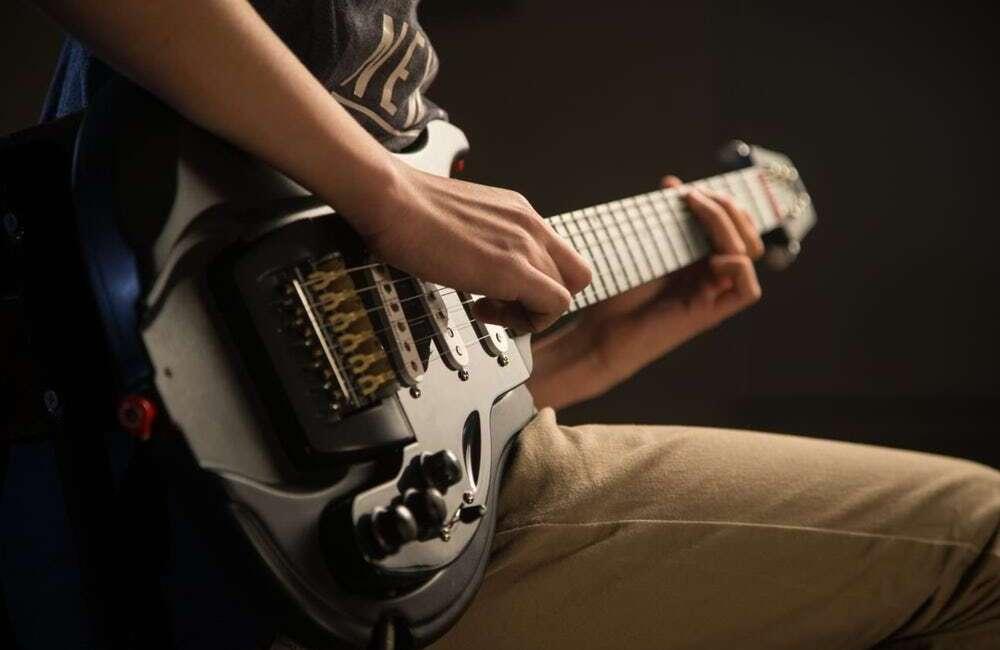 Plastikowa gitara Boaz One oferuje aż 50 różnych kombinacji
