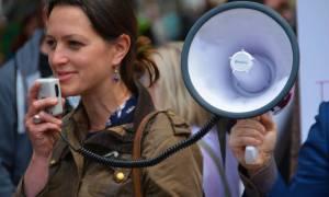 W jaki sposób moralny obowiązek prowadzi do protestów?