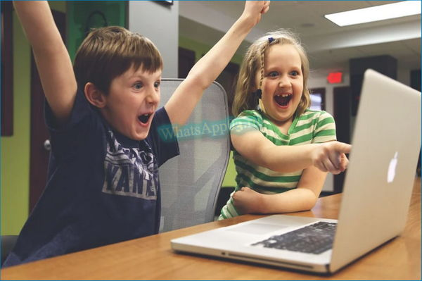 Bambini logo vicino al computer