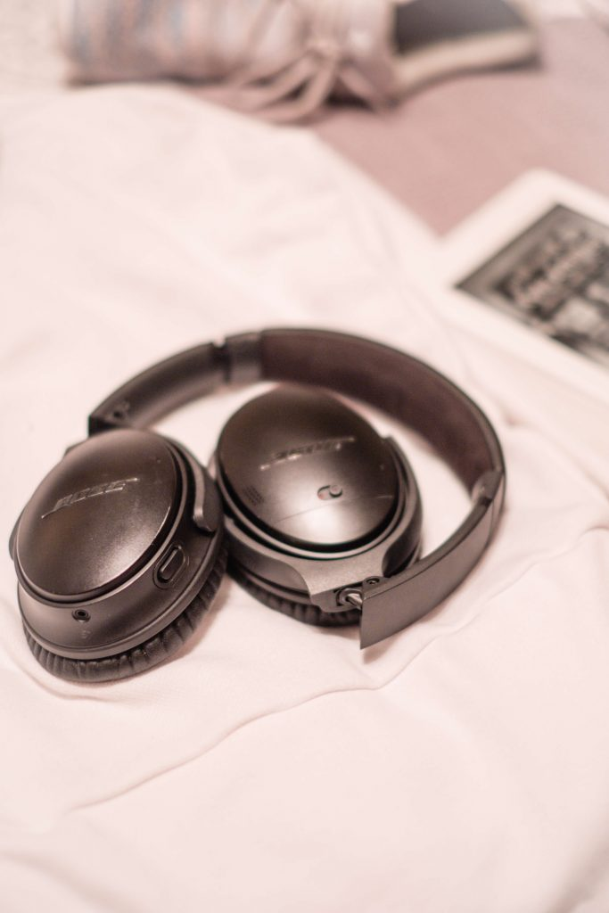 5 Travel Essentials I Won't Leave Home Without #whatsavvysaid #travelessentials #travel #wheresavvywent #fall #kindle #bose #wirelessheadphones