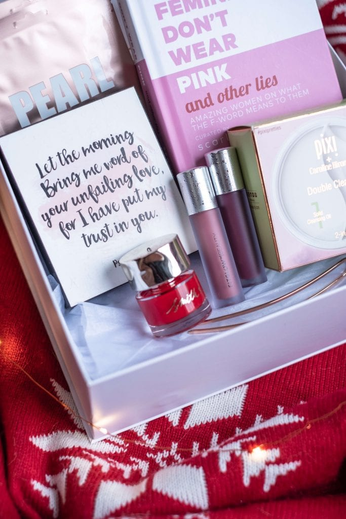 How To Create The Perfect Holiday Gift Basket #whatsavvysaid #christmasgift #giftbasket #giftideas #giftguide #nontoxicbeauty #smithandcult #candle