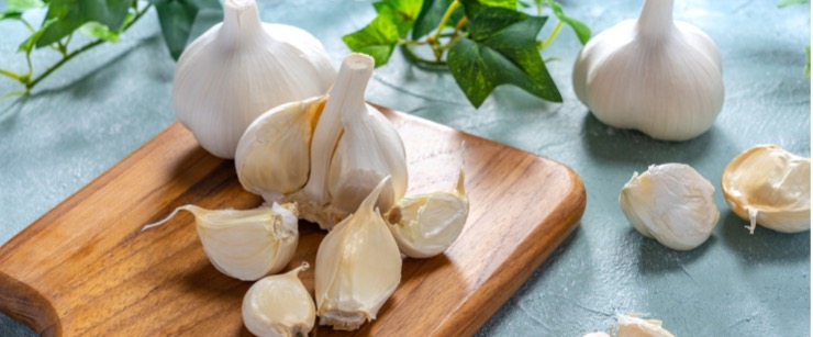 best foods for cold season: garlic cloves