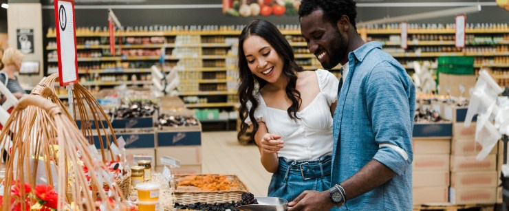 healthy foods that are easy to overeat: couple scooping healthy snacks at store