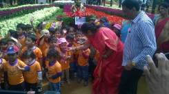 inauguration-of-republic-day-flower-show-2017-at-glass-house-lalbagh-bengaluru-mayor-of-bangalore-padmavathi-with-school-children-5