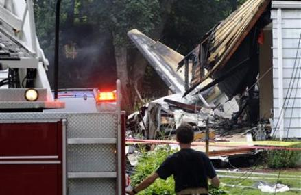 PLANE APPROACHING CONN. AIRPORT CRASHES INTO HOMES