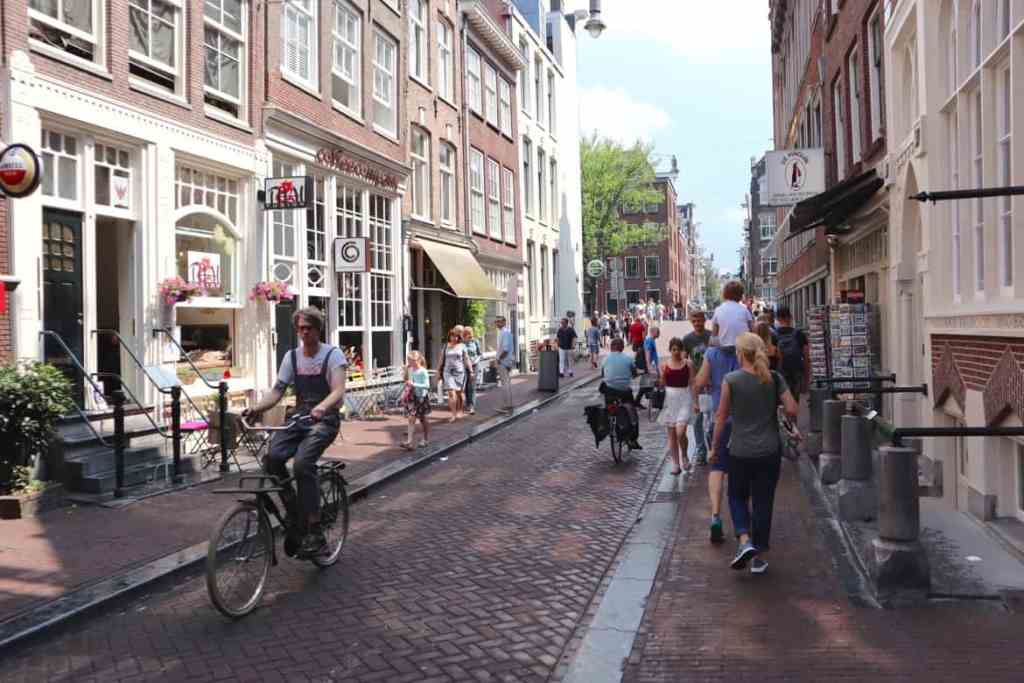 9 streets connect the Amsterdam canals
