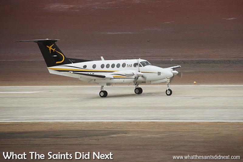 L'histoire faite. Un atterrissage de l'avion [Beechcraft King Air 200] après 4 heures et demie de vol de l'Angola, l'Afrique.  Aéroport de Sainte Hélène