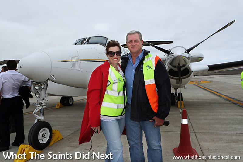Entrepreneurs en Afrique du Sud, Basil Read, ont construit l'aéroport de Sainte-Hélène, dirigé par le directeur, Deon De Jager, qui était là avec sa femme, Chrezelda, pour accueillir le vol.