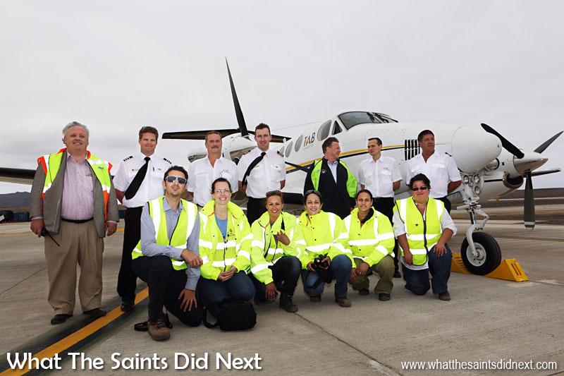 L'équipe d'accès de Sainte-Hélène (avant) et le nouvellement nommé directeur de l'aéroport, Nigel Spackman, posant l'avec équipage.
