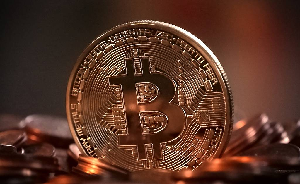 На фоне волатильности биткоина Ethereum более стабилен около $2000