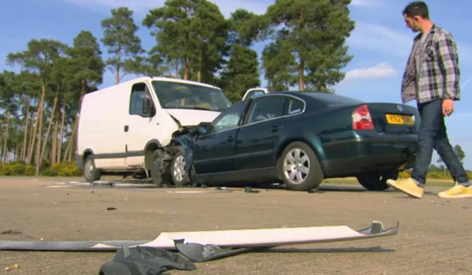 VIDEO-Vezi ce se intampla cand un Renault Master II se loveste frontal de un VW Passat