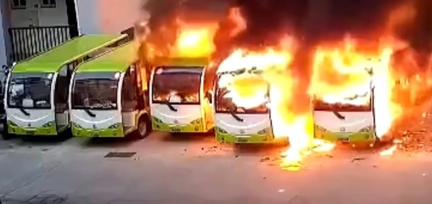 Vezi cum explodeaza un autobuz electric mult laudat