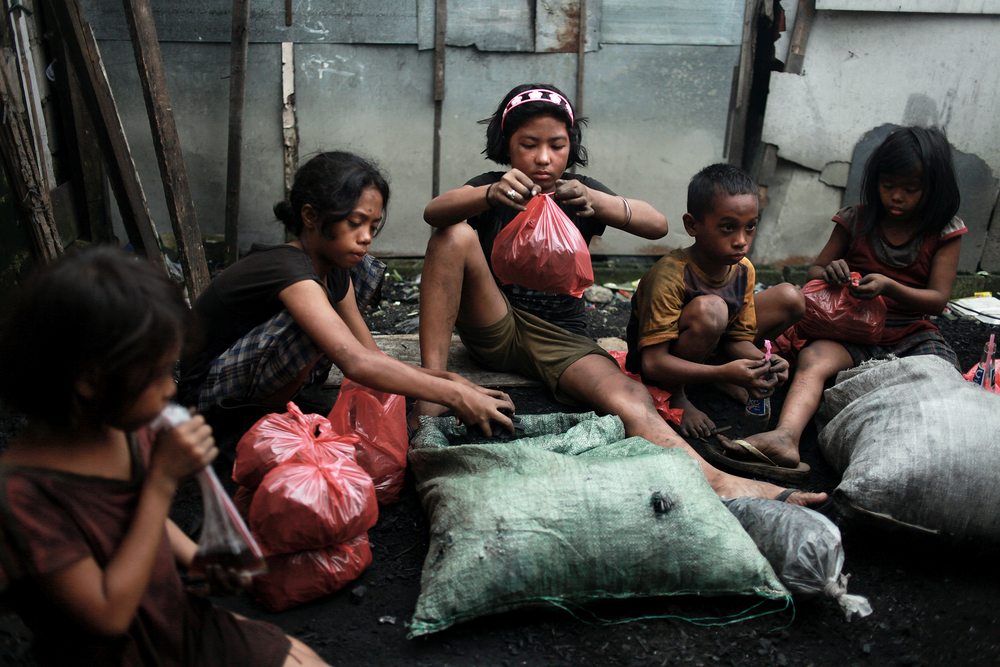 """Charcoal Kids of Ulingan (Red Bags), Ulingan, Manila, 2008-2011"" archival pigment print on aluminum by Lisa Wiltse (courtesy of the artist and 555 Gallery, Boston)"