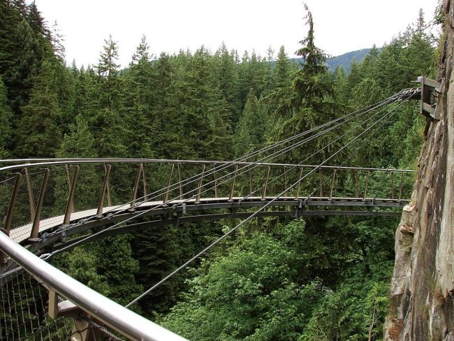 1280px-Capilano-Suspension-Bridge-Cliff-Walk-8965