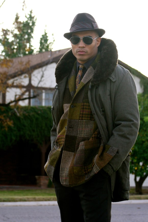 - A fur collar is a matter of disctinction and will help to warm up your ears and your collar. Some coats have detachable ones, which makes the jacket wearable when the weather is not as frigid -