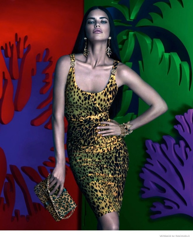 Super/ultra/mega/uber Brazilian model Adriana Lima, http://www.adrianalima.com was the editorial image for the VERSACE for RIACHUELO campaign. A smart move from the apparel company, as she gave the international appeal and the sophisticated look - the best of it all? - the multicolored background with elements and objects and ideas of the multicolored Brazilian culture made this campaign one that will be for sure remembered. Photography and art by : Mert Alas & Marcus Piggot http://www.artpartner.com/artists/film-print/mert-alas-marcus-piggott/