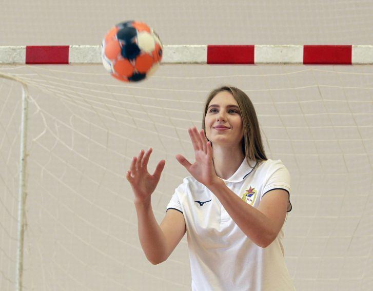 Полина Каплина безупречно ловит мячи даже во время фотосессии