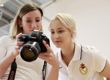 Наталья Чигиринова оценивает работу фотографа