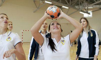 В перерыве между съемками девчонки играли в баскетбол