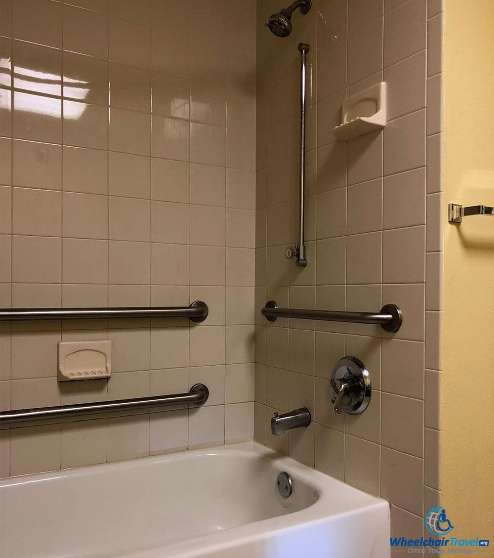 budget-hotels-ada-accessibility-econo-lodge-orlando-bathtub ...