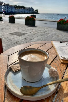 A fancy soy milk Café con leche by the water