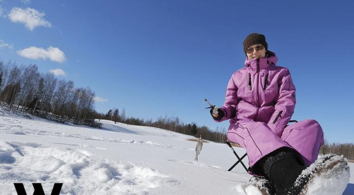 妇女冰上钓鱼