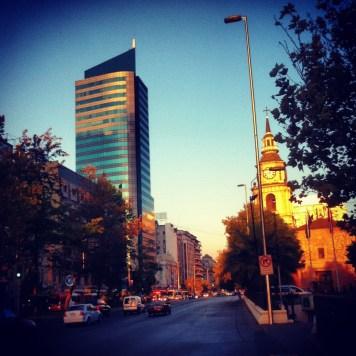 zachodzące słońce w mieście