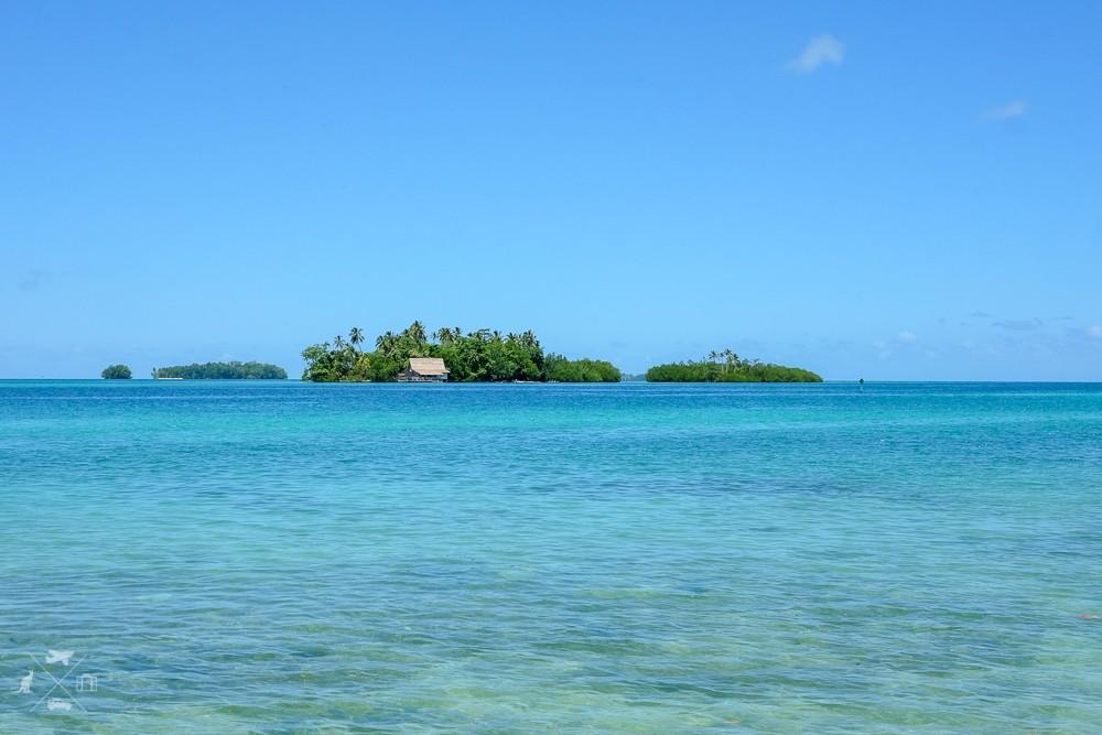 Turkusowa woda w Lagunie Roviana z prywatną wyspą na horyzoncie