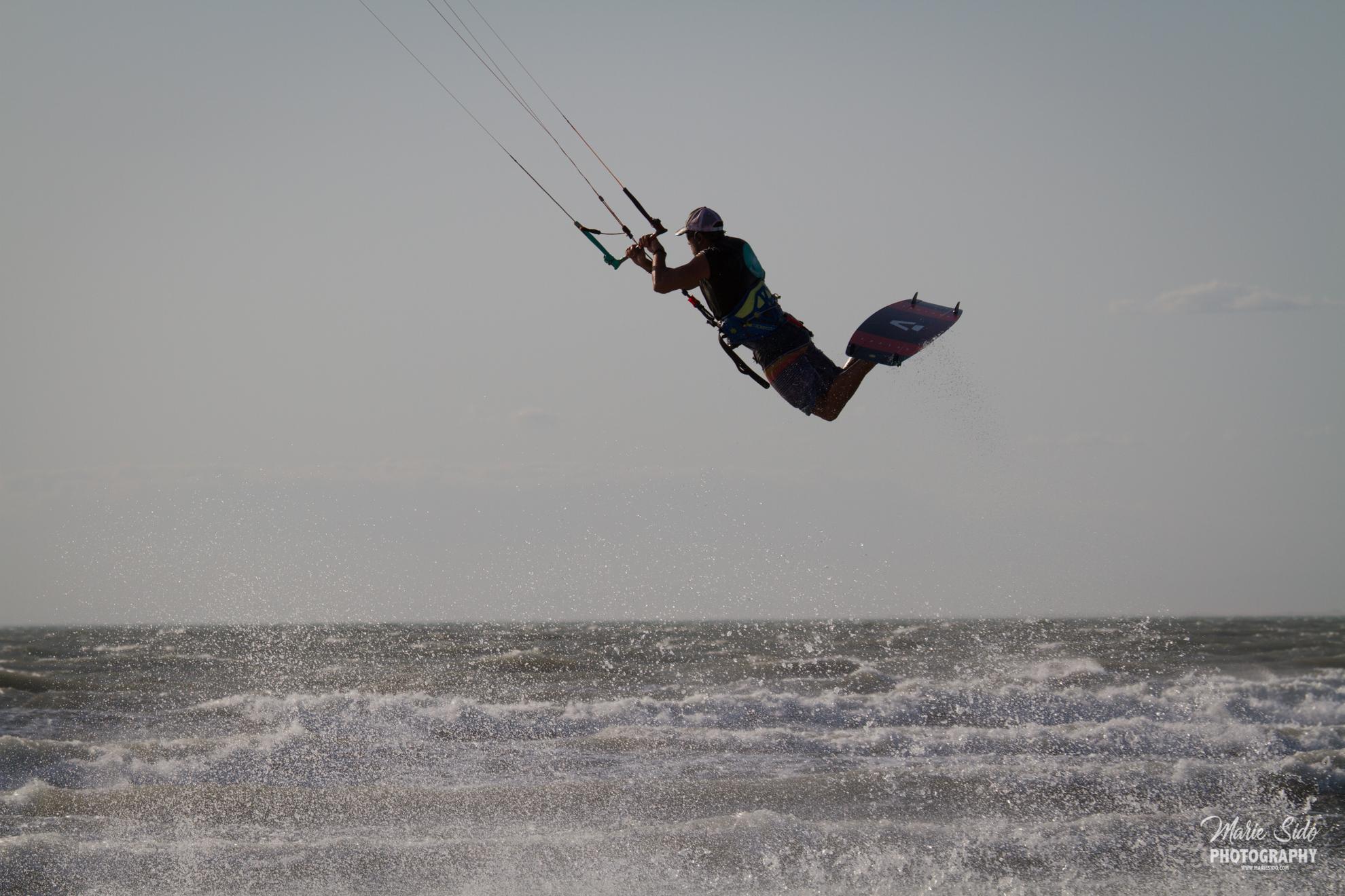 Beauduc Kitesurfing, railey hooké jump en kitesurf, Mari Sido photography