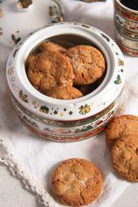 %name Easy and Crispy Ginger Cookies with Candied Ginger