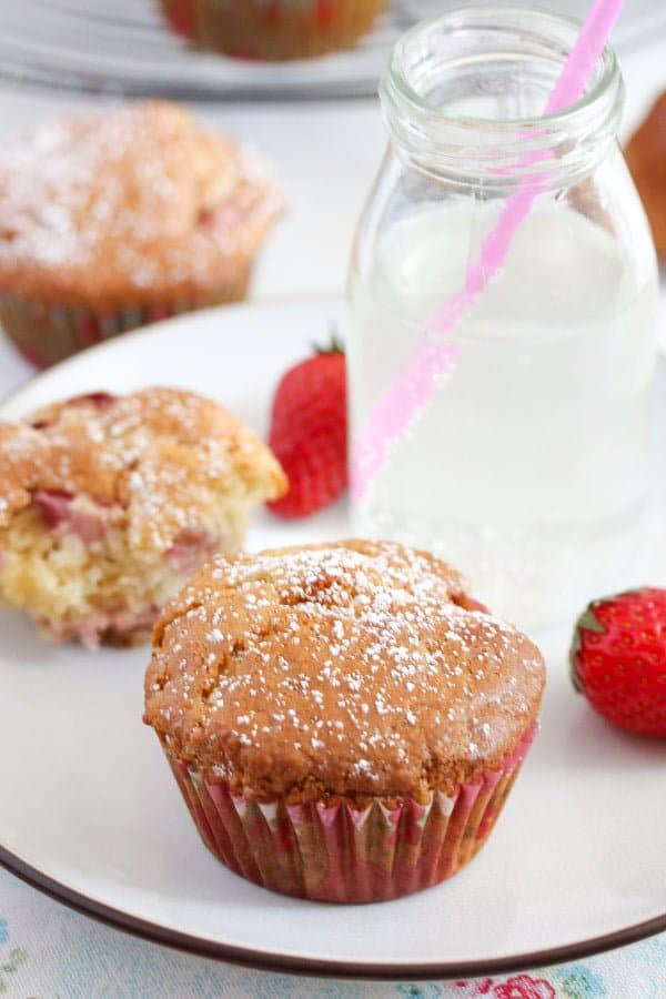 strawberry muffins 14 Strawberry Muffins with Yogurt and White Chocolate