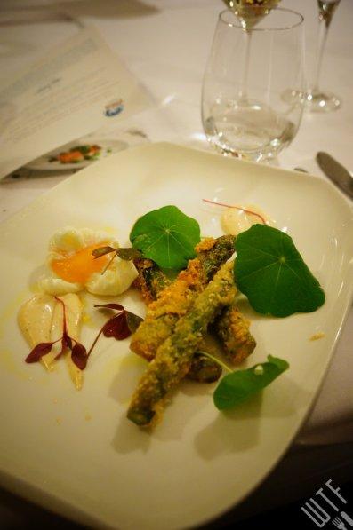 szparagi, ser bursztyn, aioli łososiowe, jajko w koszulce