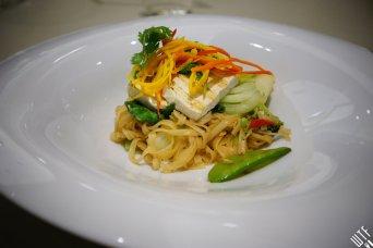makaron ryżowy • warzywa • orzechy • tofu • szczypiorek