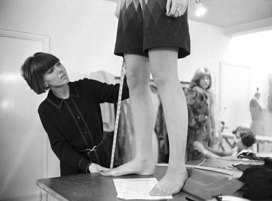 Mary Quant misura la lunghezza della minigonna