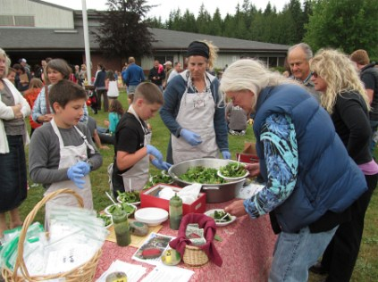 Orcas picnic serving salad2_4042