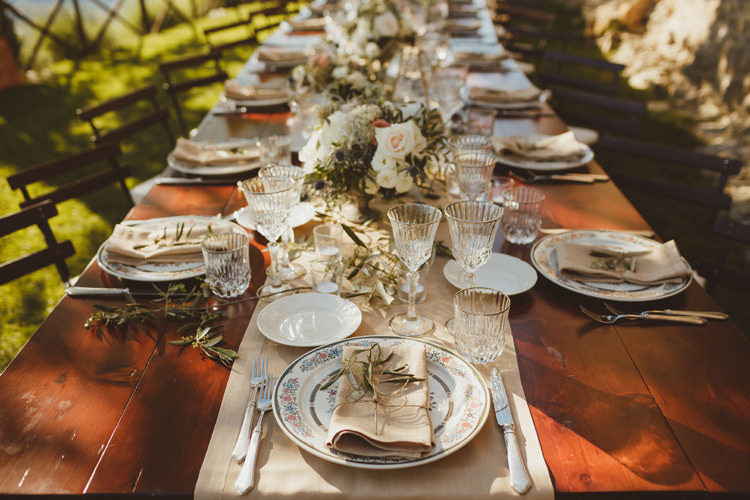 Place Setting China Napkins Flowers Beautifully Intimate Open Air Wedding Umbria http://www.edpeers.com/