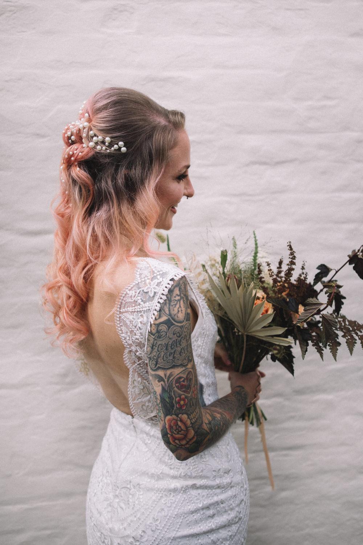 Mariages en milieu de semaine Lauren Elliott Photographie Mariée Coiffure De Mariée Up Do Pink