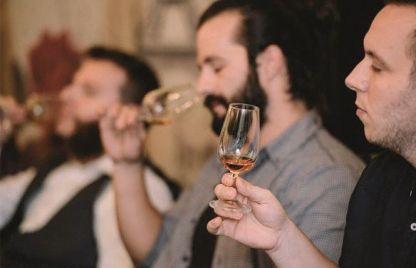 personas catando whisky en Madrid