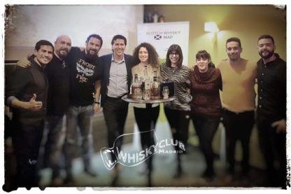foto de grupo en la primera cata de whisky para principiantes en whisky club madrid
