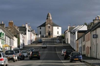 La calle principal del pueblo de Bowmore en Islay