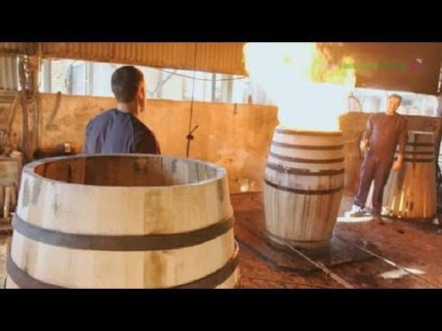 Toneleros quemando barricas para whisky en Andalucía