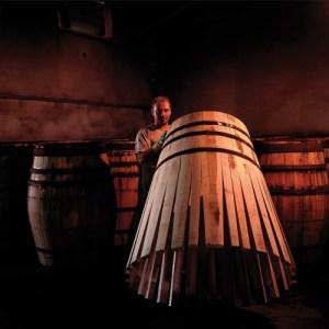 Toneleros de Jerez fabricando barricas para Macallan